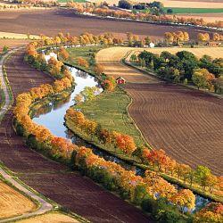 Götakanal Blick von oben auf den Kanal zwischen Feldern in Borensberg