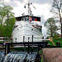 Göta Kanal M/S Diana in der Schleuse von Borenshult