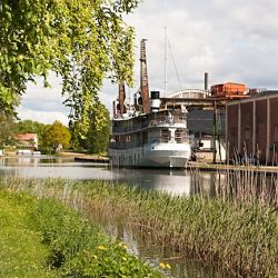 Göta Kanal Blick auf M/S Diana vor Motala