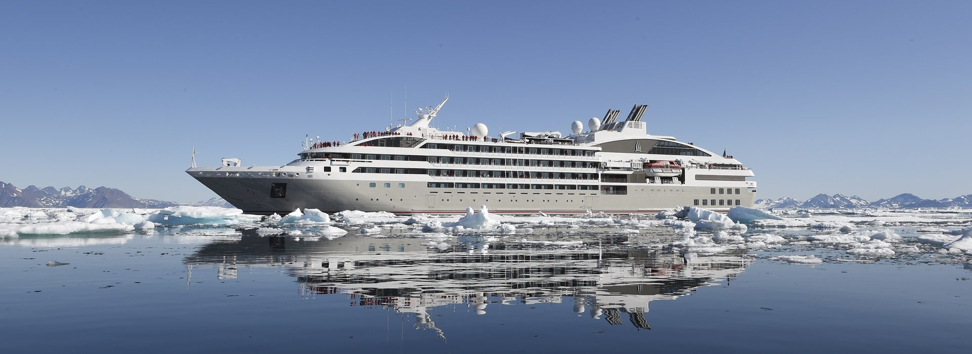 Ponant mit Eisbergen